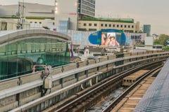 Järnvägspår av BTS till och med Bangkok kollektivtrafiksystem Royaltyfri Bild