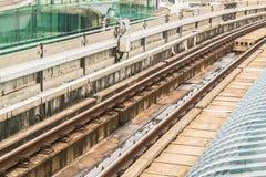 Järnvägspår av BTS till och med huvudstad för Bangkok kollektivtrafiksystem av Thailand Arkivbild
