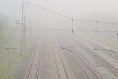 Järnvägspår i dimman Fotografering för Bildbyråer