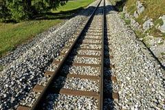 Järnvägspår i en rak linje arkivbild