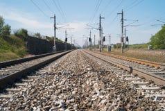 Järnvägspår i fältet arkivfoto