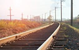 Järnvägspår i höst arkivfoto
