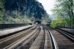Järnvägspår i Harpersfärjan, West Virginia Arkivfoto