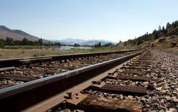 Järnvägspår längs floden Arkivbilder