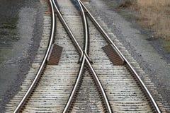 Järnvägspår med järnvägströmbrytaren arkivbilder