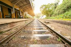 Järnvägspår nära en liten förorts- järnväg Arkivbilder
