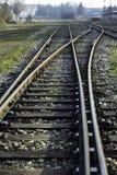 Järnvägspår och en lastplattform för drev Fotografering för Bildbyråer