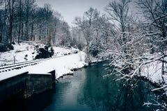 Järnvägspår och liten vik under vintern, i lantliga Carroll Co Arkivbilder