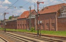Järnvägspår och signaler i Lingen royaltyfria foton