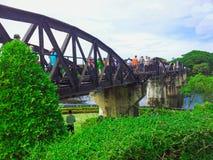 Järnvägspår på bron över floden Kwai Royaltyfria Bilder