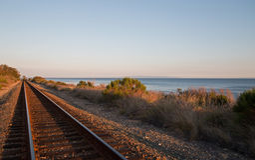 Järnvägspår på den centrala kusten av Kalifornien på Goleta/Santa Barbara på solnedgången Arkivbilder
