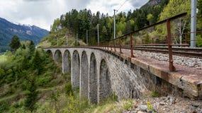 Järnvägspår på den Landwasser viaduktbron, Schweiz Arkivfoton