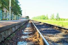 Järnvägspår på en liten järnvägsstation Arkivbilder