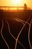 Järnvägspår på solnedgången, MO Royaltyfri Bild