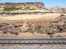 Järnvägspår som kör längs kanjonväggen i staten Washington, USA arkivbild