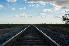 Järnvägspår som konvergerar royaltyfri foto