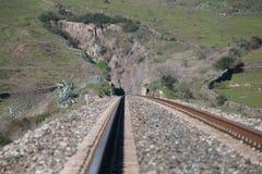 Järnvägspår som vaggar väggen Fotografering för Bildbyråer