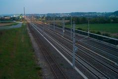 Järnvägspår under den blåa timmen av morgonen royaltyfri fotografi