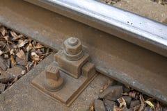 Järnvägspårbult som bakgrund Arkivbild