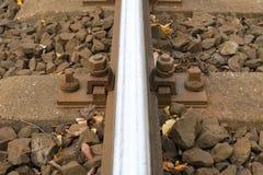Järnvägspårbult som bakgrund Arkivfoton
