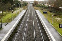 Järnvägspåren sträcker till horisonten och vänder Arkivbild