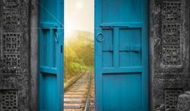 Järnvägsspår bak öppen dörr royaltyfri foto
