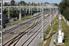 Järnvägsspår går in i avståndet Järnväg kraftledningar Linjer diagonals, rytm Stad industriell liggande arkivbild
