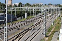 Järnvägsspår går in i avståndet Järnväg kraftledningar Linjer diagonals, rytm Stad industriell liggande arkivbilder