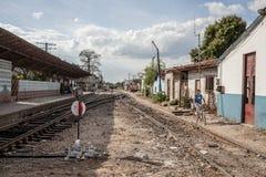 Järnvägsspår i en stad Arkivbilder