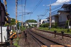 Järnvägsspår i japansk förort Royaltyfria Bilder