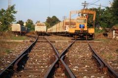 Järnvägsspår med den gamla lastbehållaren Royaltyfri Bild