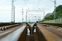 Järnvägsspår med elektriska drev för drev Royaltyfri Foto