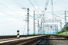 Järnvägsspår med elektriska drev för drev Royaltyfri Fotografi
