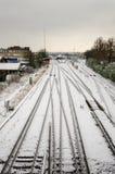 Järnvägsspår med snöfall Arkivbild