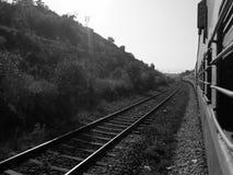 Järnvägsspår mellan Mumbai och Goa arkivbild