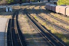 Järnvägsspår near drevstationen Royaltyfri Bild