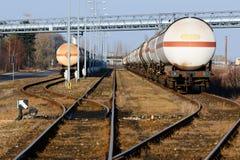Järnvägsspår och en spårströmbrytare, i djupen av behållaren med bränsle Arkivbild