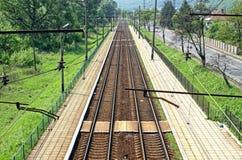 Järnvägsspår och liten järnvägsstation Royaltyfria Foton