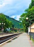 Järnvägsspår på järnvägsstationen Molnigt väder och sol Arkivbilder