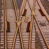 Järnvägsspår på konkreta längsgående stödbjälke Bästa sikt på solnedgången royaltyfria foton