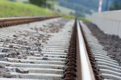 Järnvägsspår på stationen i en liten stad Royaltyfri Foto
