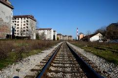 Järnvägsspår red ut hyreshusar och den röda industriella lampglaset Belgrade Serbien Royaltyfri Fotografi