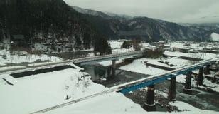 Järnvägsspår som täckas med snö arkivbild