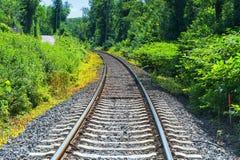 Järnvägsspår stänger, längsgående stödbjälke, stenar, närbild royaltyfri bild