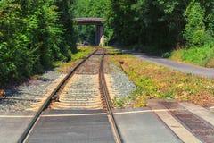 Järnvägsspår stänger, längsgående stödbjälke, stenar, närbild royaltyfri fotografi