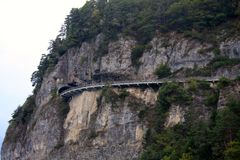 Järnvägsspår till och med bergsida i Schweiz Fotografering för Bildbyråer