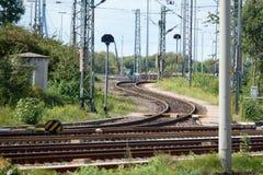 Järnvägsspåren av staden av Hamburg nära porten arkivfoto