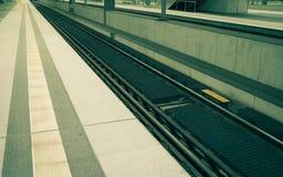 Järnvägsstation för europeiskt land - kollektivtrafik arkivbild