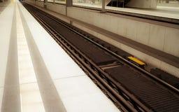 Järnvägsstation för europeiskt land - kollektivtrafik royaltyfri foto