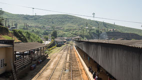 Järnvägsstation i asia HATTON, SRI LANKA - CIRCA JANUARI 15 2017 Arkivfoto